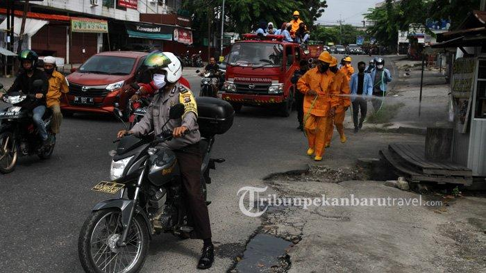FOTO : Dinas Pemadam Kebakaran Pekanbaru Semprot Disinfektan di Jalanan Cegah Penyebaran Covid-19 - dinas-pemadam-kebakaran-dan-penyelamatan-kota-pekanbaru1.jpg