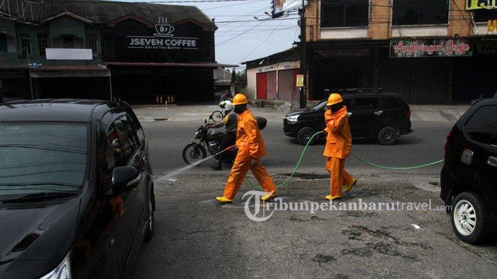 FOTO : Dinas Pemadam Kebakaran Pekanbaru Semprot Disinfektan di Jalanan Cegah Penyebaran Covid-19 - dinas-pemadam-kebakaran-dan-penyelamatan-kota-pekanbaru2.jpg