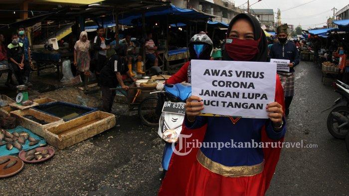 Cegah Penyebaran Covid-19, Spiderman dan Superman Bagikan Masker Serta Pamflet di Pasar Agus Salim
