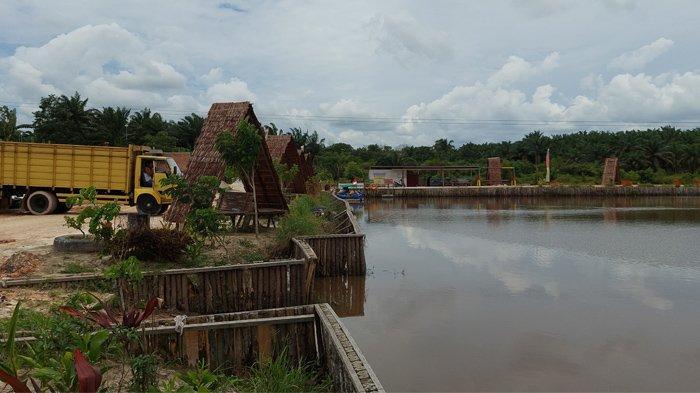 Pokdarwis Kampung Dayun membangun gazebo di tepian embung Karhutla. Embung Karhutla ini sekarang menjadi destinasi wisata baru di Kampung Dayun , Kabupaten Siak Riau