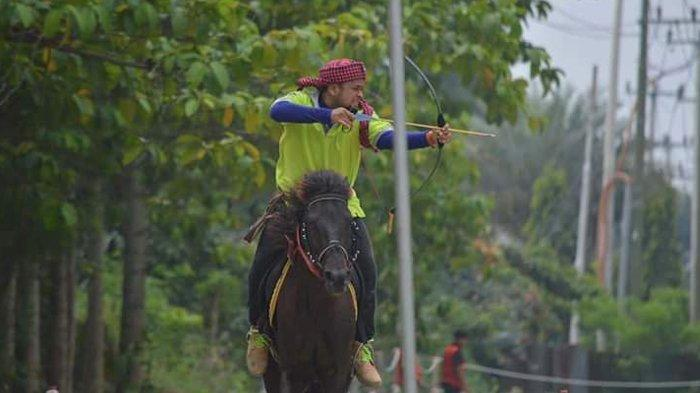 Owner Wisata Dakwah Okura, Dede Firmansyah tengah berkuda di Horse Power Tambusai