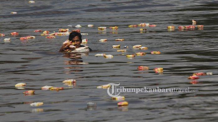 FOTO : Warga Mengambil Ribuan Mie Instan yang Mengambang Dari Kapal Karam di Sungai Siak Pekanbaru - kapal-karam-sungai-siak1.jpg