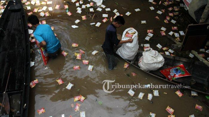 FOTO : Warga Mengambil Ribuan Mie Instan yang Mengambang Dari Kapal Karam di Sungai Siak Pekanbaru - kapal-karam-sungai-siak3.jpg