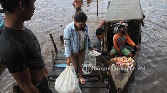 FOTO : Warga Mengambil Ribuan Mie Instan yang Mengambang Dari Kapal Karam di Sungai Siak Pekanbaru - kapal-karam-sungai-siak4.jpg