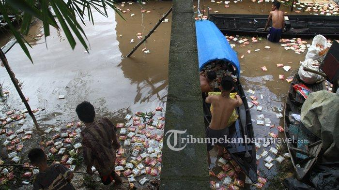 FOTO : Warga Mengambil Ribuan Mie Instan yang Mengambang Dari Kapal Karam di Sungai Siak Pekanbaru - kapal-karam-sungai-siak5.jpg