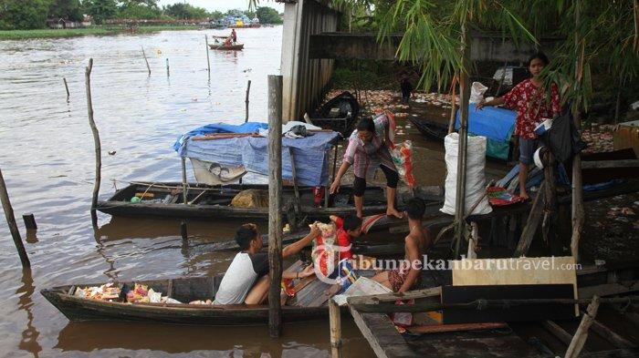 FOTO : Warga Mengambil Ribuan Mie Instan yang Mengambang Dari Kapal Karam di Sungai Siak Pekanbaru - kapal-karam-sungai-siak7.jpg