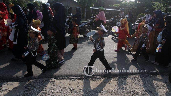 FOTO : Kenalkan Keanekaragaman Budaya Indonesia, Ratusan Murid RA Ikuti Pawai di Rumbai - pawai-tk.jpg