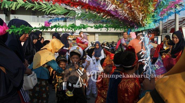 FOTO : Kenalkan Keanekaragaman Budaya Indonesia, Ratusan Murid RA Ikuti Pawai di Rumbai - pawai-tk2.jpg