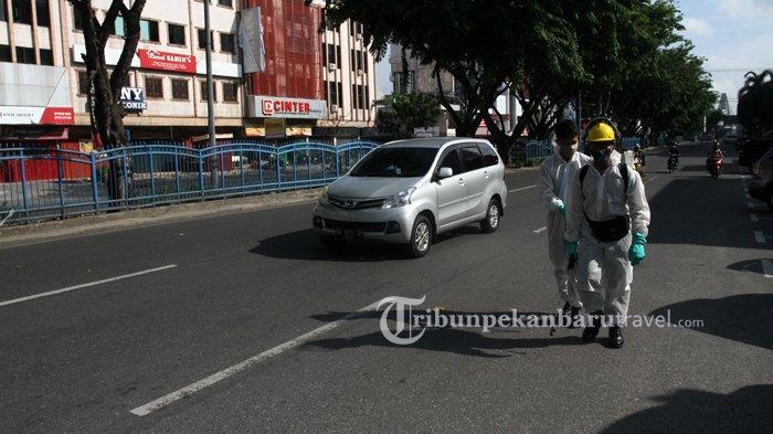 FOTO : Anggota Brimob Semprotkan Disinfektan di Pedestrian Jalan Sudirman - penyemprotan-disinfektan3.jpg