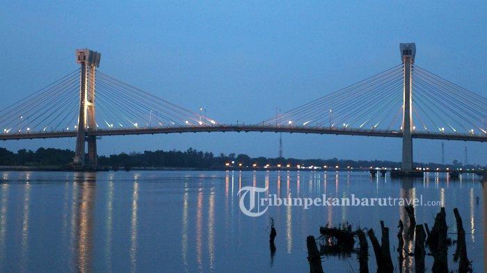 Serunya Berkeliling Kawasan Sungai Siak Naik Perahu Tradisional di Siak Sri Indrapura