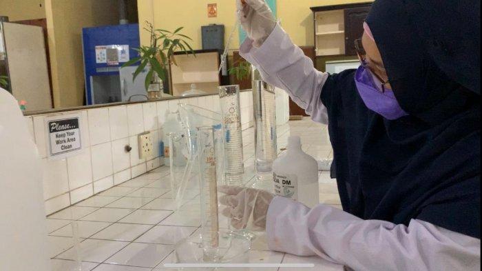 Hambat Wabah Covid-19, Mahasiswi Unri Ini Produksi dan Bagikan Hand Sanitizer Gratis ke Masyarakat