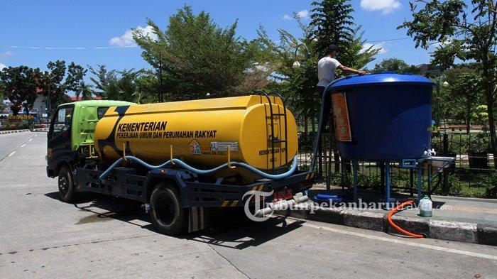 FOTO : Mengisi Tangki Air Untuk Wastafel Portable di RTH Putri Kaca Mayang Pekanbaru - wastafel-portable-pupr1.jpg