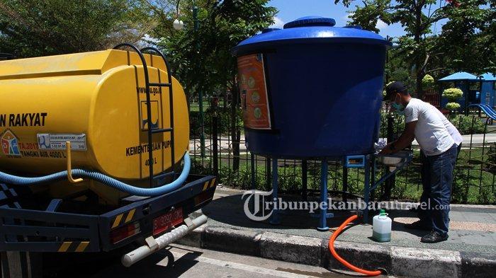 FOTO : Mengisi Tangki Air Untuk Wastafel Portable di RTH Putri Kaca Mayang Pekanbaru - watafel-portable-pupr3.jpg