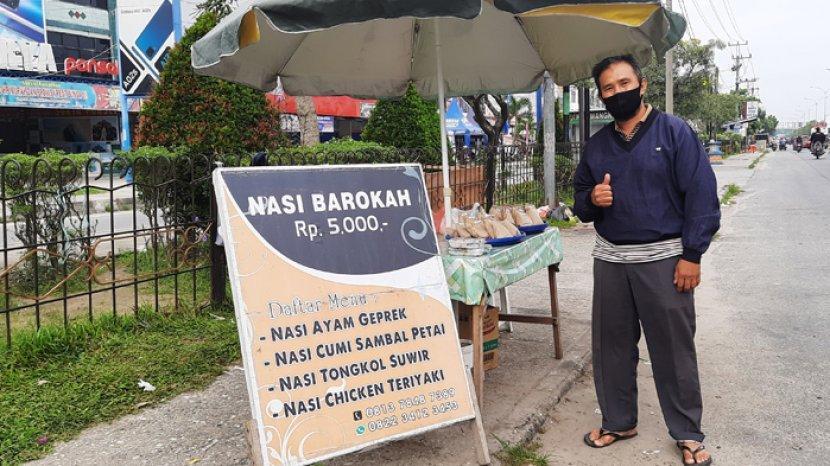 Zulhairi-berjualan-nasi-barokah-Rp-5-ribu-di-Jalan-Soebrantas-Panam-Pekanbaru.jpg