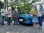 Jusuf-dan-istrinya-sebagai-konsumen-pertama-yang-mendapatkan-mobil-Toyota-Raize.jpg