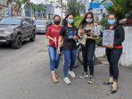 Karyawan-toko-di-Plaza-Senapelan-berjualan-di-pinggir-jalan-PPKM-level-4-di-Pekanbaru.jpg