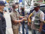 Kepala-Dinas-Perhubungan-Kota-Pekanbaru-Yuliarso-melakukan-proses-bayar-parkir.jpg