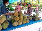 Pedagang-durian-di-Jalan-Diponegoro-Bengkalis.jpg