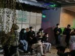 Petugas-dari-Satpol-PP-Kota-Pekanbaru-membubarkan-pengunjung-Lakosa-Coffe.jpg