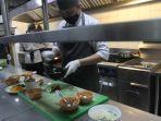 chef-fauzi-tengah-membuat-hidangan-di-dapur-fresqa-bistro-batiqa-hotel-pekanbaru.jpg