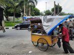 pedagang-kaki-lima-memindahkan-dangannya-sambil-diawasi-aparat-satpol-pp-kota-pekanbaru.jpg