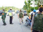 petugas-gabungan-melakukan-penyekatan-di-jalan-sultan-syarif-hasyim-pangkalan-kerinci.jpg