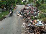 sampah-menumpuk-di-pinggiran-jalan-lembah-raya-pekanbaru.jpg