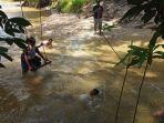 sejumlah-anak-tengah-bermain-air-di-sungai-emas-kawasan-hutan-adat-imbo-putui.jpg