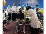 vaksinasi-covid-19-bersama-kru-lainnya-yang-bekerja-di-living-world-pekanbaru.jpg