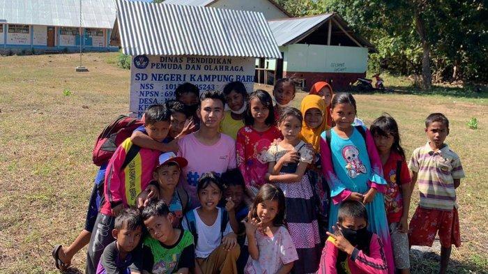 Abdul Naser Parinduri bersama anak-anak SD usai senam pagi di Desa Nanga Kantor Barat, Kecamatan Macang Pacar, Kabupaten Manggarai Barat, Provinsi Nusa Tenggara Timur (NTT). Pengabdiannya bersama IYA di sana dilaksanakan pada 1-6 Juni 2021.
