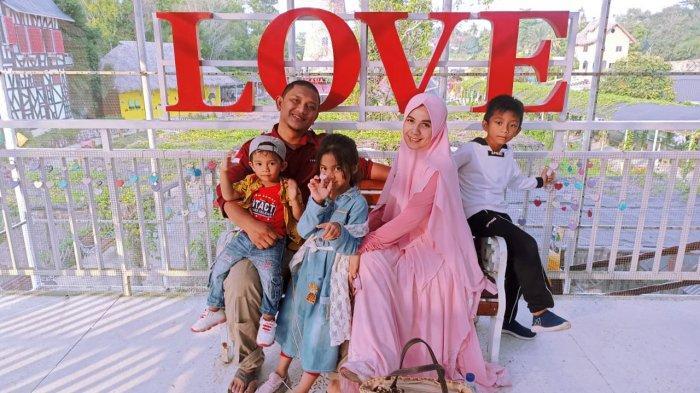 Amalia Putri bersama Suami dan anak-anaknya disalah satu tempat wisata di Pekanbaru