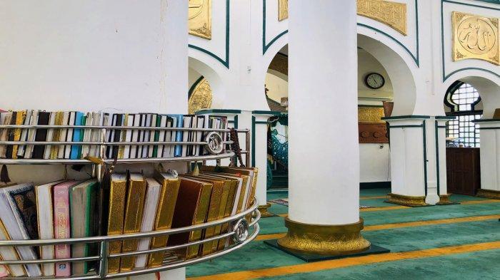 Bagian dalam Masjid Syahabuddin di Kabupaten Siak Riau