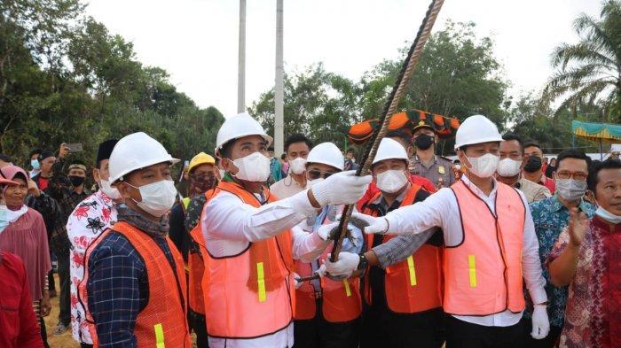 Bupati Pelalawan H Zukri secara langsung melakukan pemancangan perdana pembangunan Jembatan Tambak pada Kamis (24/06/2021)