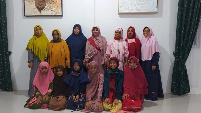 Enam orang anak dari Dusun Nan Lima (duduk) saat sampi di Rumah Quran Hajjah Rohana, milik Ustadz Abdul Somad