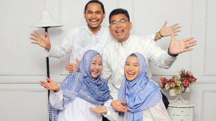 Hana Dhiyah Khairunnisa berswafoto bersama keluarganya