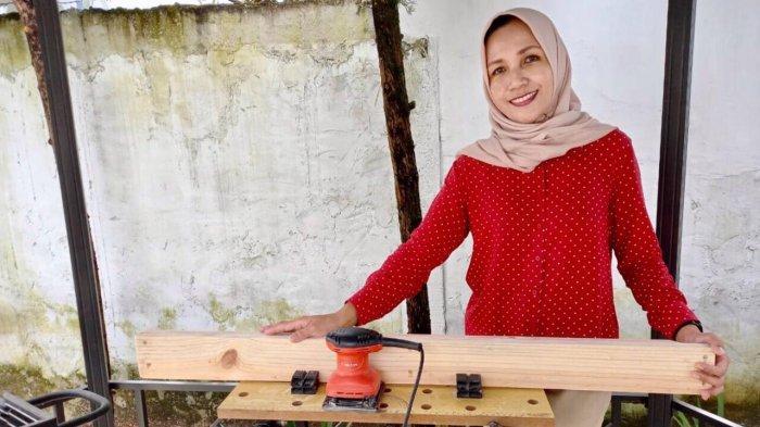Irika Jura Loveita di workshop mini yang ada di rumahnya