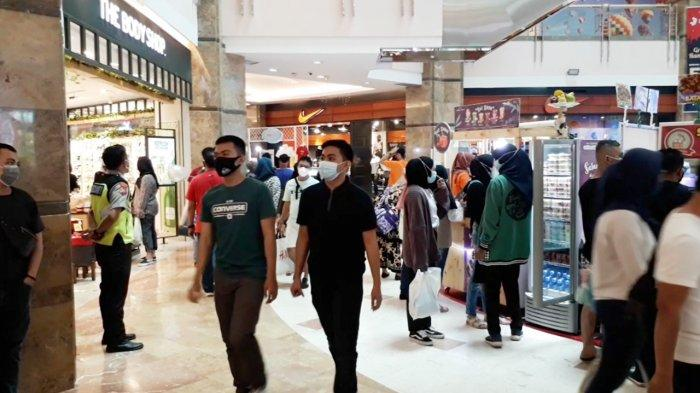 Jelang Lebaran 2021, Puluhan Ribu Orang di Pekanbaru Padati Mal