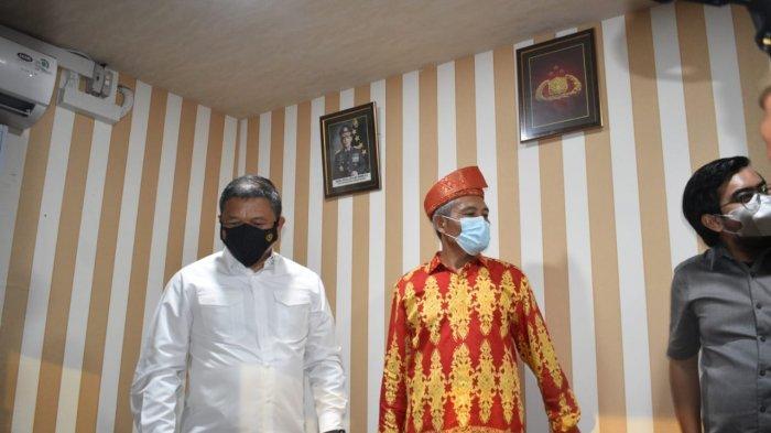Kapolda Riau, Irjen Pol Agung Setya Imam Effendi (baju putih) saat meninjau ke dalam Posko Jaga Kampung Bersih Narkoba di wilayah Kampung Dalam, Kota Pekanbaru, usai meresmikannya, Rabu (7/7/2021)