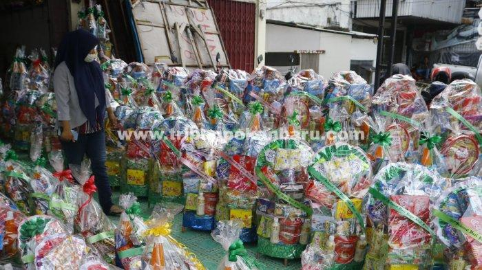 Foto: Pedagang Parsel Jelang Idul Fitri 1442 H di Pekanbaru - Karena-masih-pandemi-covid-19-omset-penjualan-paresl-lebaran-masih-turun.jpg