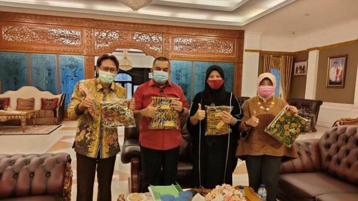 Perusda Rokan Hulu Jaya Perkenalkan Produk Batik Corak Rohul Kepada Wagubri