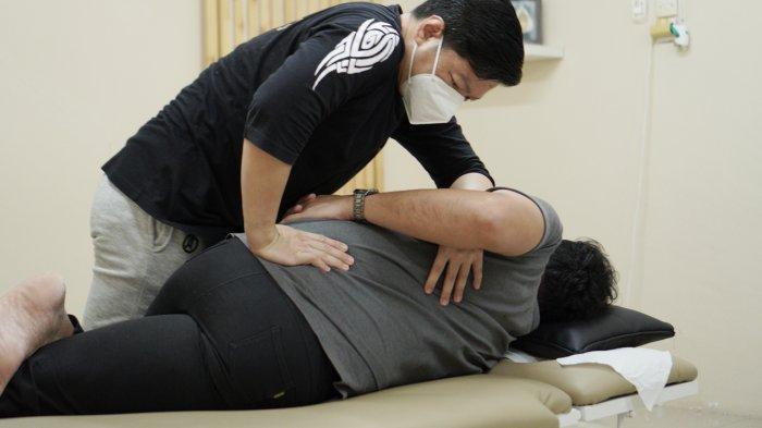 Master Joy Wahyudi saat meluruskan tulang punggung dengan menggunakan terapi Bone Setting