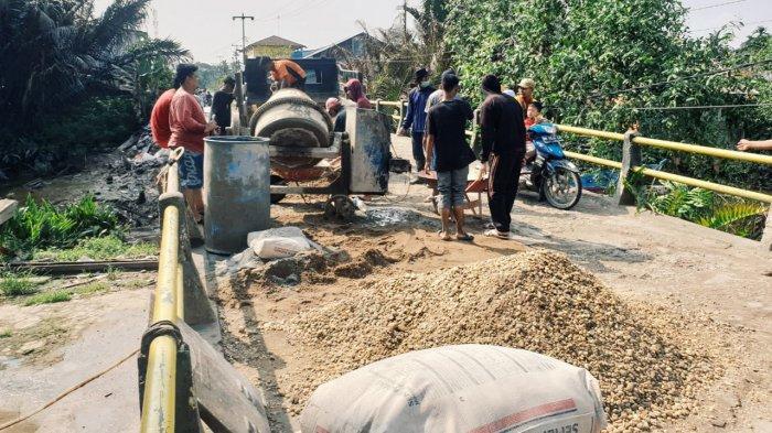 Gerak Pemerintah Lambat, Masyarakat di Pulau Kijang Riau Gotong Royong Perbaiki Jembatan Rusak