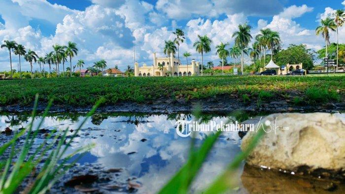 Istana Siak di Siak Sri Indra Pura, Kabupaten Siak, Riau terlihat dari kejauhan