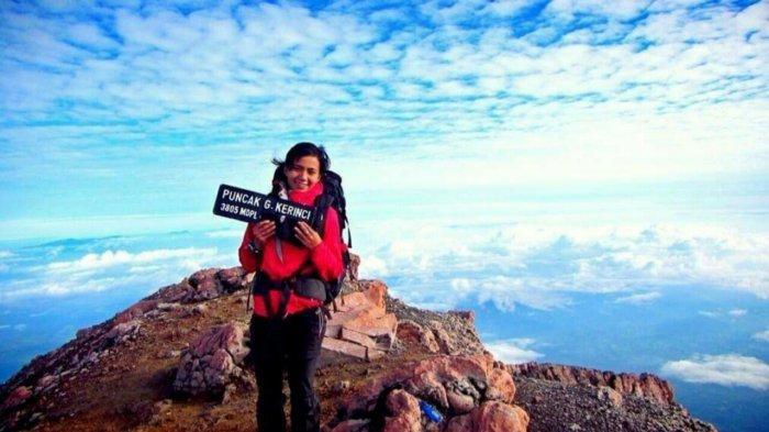 Olivia Anggie Johar di Puncak Gunung Kerinci
