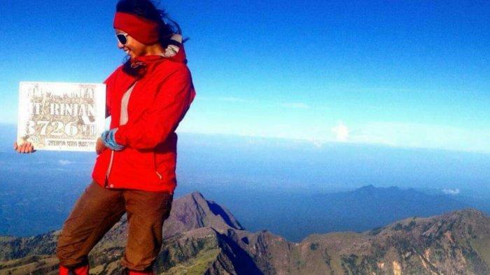 Olivia Anggie Johar di Puncak Gunung Rinjani