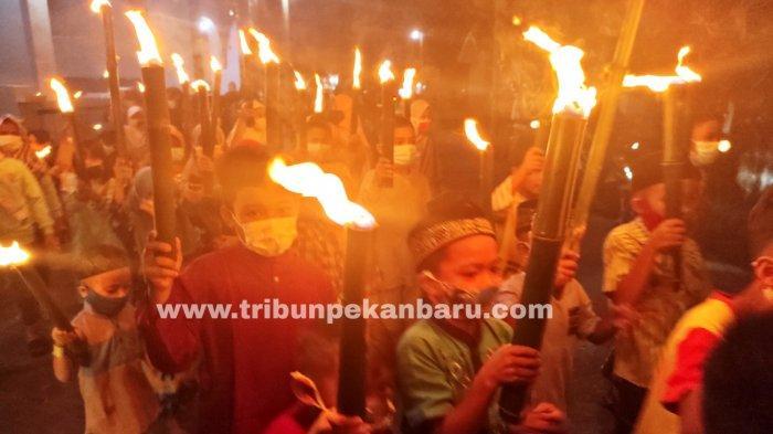 Pawai obor warnai malam takbir menyambut Hari Raya Idul Fitri 2021 di Kawasan Tenayan Raya, Kota Pekanbaru, Rabu malam (12/5/2021)