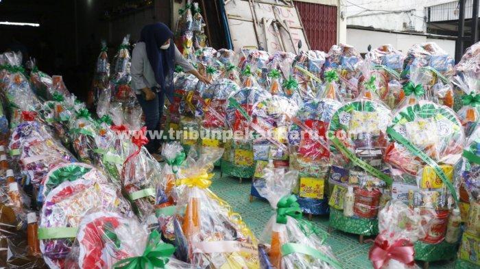 Foto: Pedagang Parsel Jelang Idul Fitri 1442 H di Pekanbaru - Pekerja-sedang-merapikan-parsel-Lebaran-di-Toko-Shintia.jpg