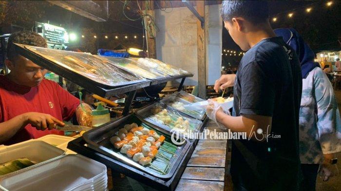 Pengunjung saat membeli salah satu cemilan yang tersedia di Pusat kuliner Bundaran Keris
