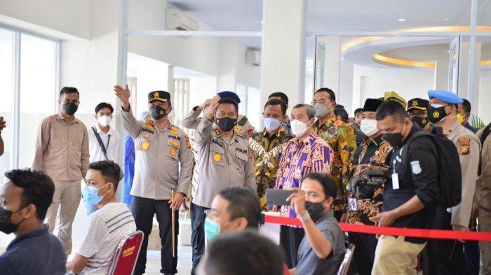 Kapolda Riau, Irjen Pol Agung Setya Imam Effendi bersama Gubernur Riau, Syamsuar dan Forkopimda melihat Vaksin Center Polda Riau, Kamis (17/6/2021)