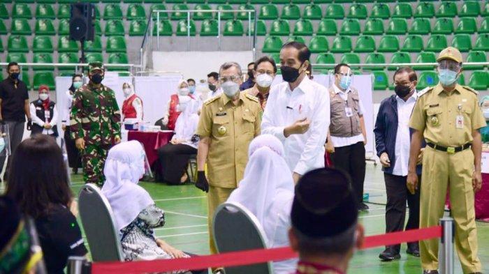 Presiden Jokowi Dodo tampak berbincang dengan penerima vaksin covid-19 di Gelanggang Remaja Kota Pekanbaru Rabu 19 Mei 2021